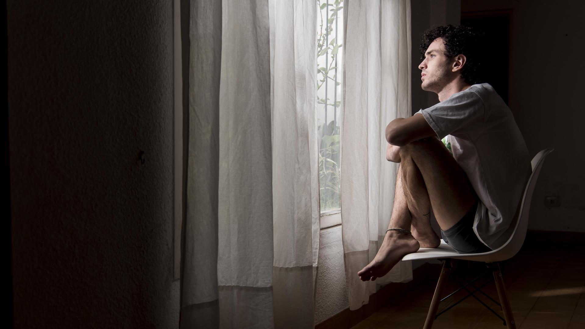 homme fenêtre soucieux angoisse peur pensées